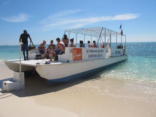 Fortuna Beach Bahamas - catamarano